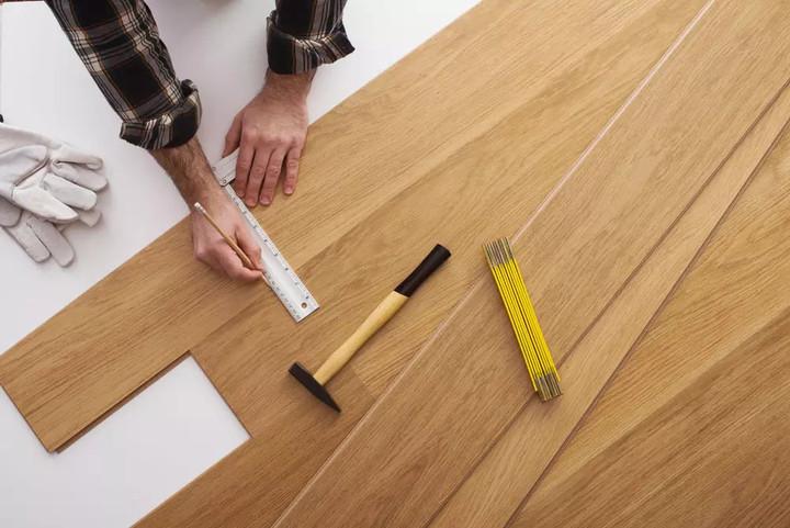 铺装时工具:直尺一把、卷尺一把、美工刀一把、弹性塑料锤一个、铅笔一支。地板是DIY随心安装的,如果想用电锯也是可以的。  第一步:将锁扣地板静置于室温18-25度下,48小时后安装最理想。  第二步:铺装时应由墙角开始铺装,将公榫槽对着墙面,地板与墙面预留4mm的空隙,以防止热胀。从内向外铺以确保到墙边均匀分布。  第三步:以45-60度角将第二块地板的端头的母槽插入前块地板端头的公榫槽中,轻轻按压使之完全密合。将第二排地板侧端的母槽插入第一排地板的公槽之中并轻轻按压使之完全密合。后续与第一排铺