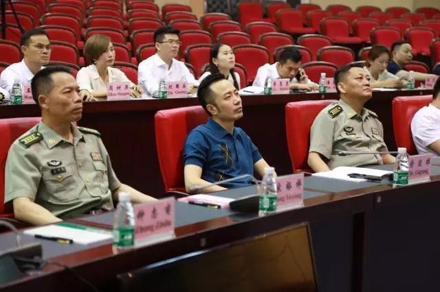 俞凌雄董事长聆听黄培义将军授课