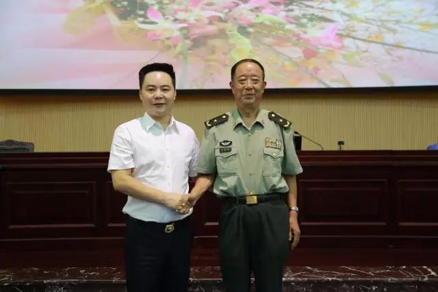中柬商业协会常务副主席、智冠控股集团董事长刘智先生与黄培义将军合影